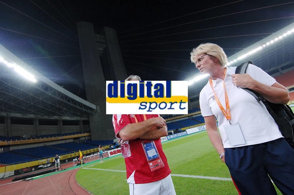Jarl Torske og Marit Breivik på Dragon Stadium i Hangzhou. Trening, Norge. Kvinnelandslaget. VM 2007. Hangzhou, Kina. 11. september 2007. (Foto: Peter Tubaas/Digitalsport).