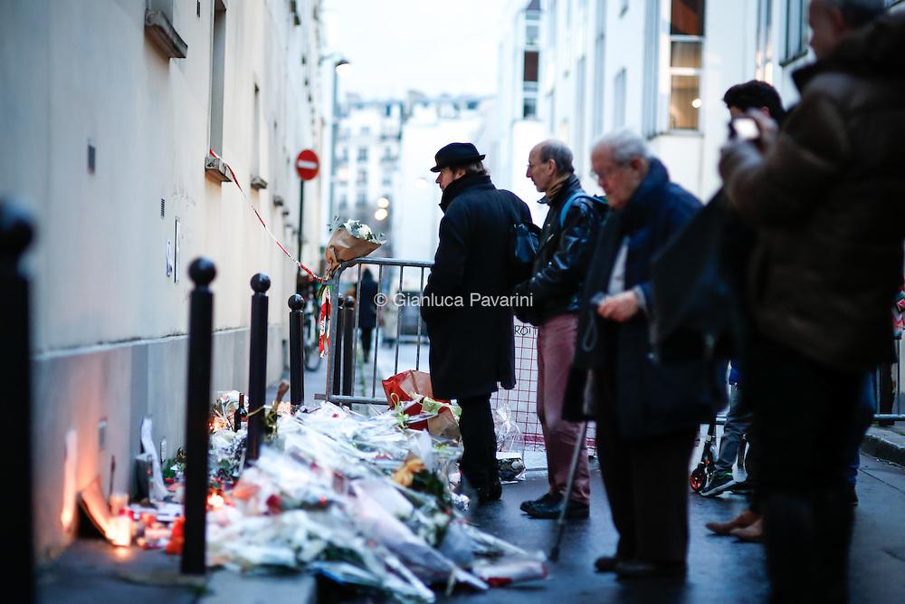 La rue Nicolas-Appert le jour &agrave;pres l'attentat, 8 janvier 2015.<br /> L&rsquo;attentat contre Charlie Hebdo est une attaque terroriste islamiste perp&eacute;tr&eacute;e contre le journal satirique Charlie Hebdo par Ch&eacute;rif et Sa&iuml;d Kouachi le 7 janvier 2015 &agrave; Paris, jour de la sortie du num&eacute;ro 1 177 de l&rsquo;hebdomadaire. C&rsquo;est le premier des attentats de janvier 2015 en France.