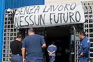 Taranto, 24/09/2012: Acciaieria ILVA, operai in assemblea all'esterno della portineria A - ILVA steel factory, gathering of workers entrance A.<br /> &copy;Andrea Sabbadini