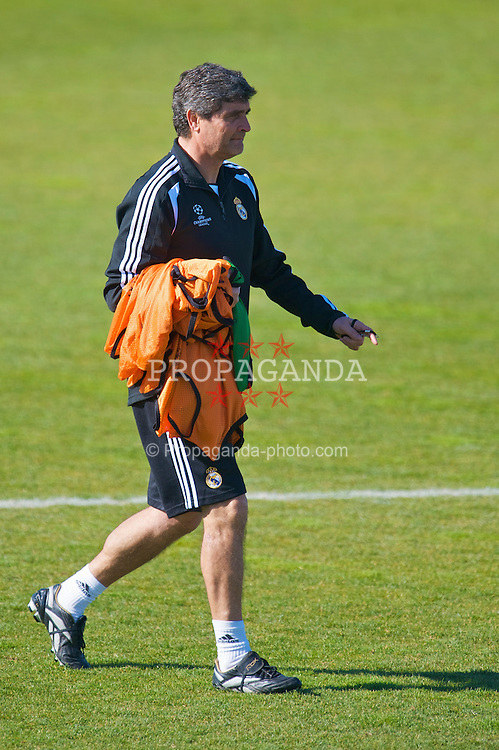 MADRID, SPAIN - Tuesday, February 24, 2009: Real Madrid's head coach Juan de la Cruz Ramos Cano training at the Ciudad Deportiva ahead of the UEFA Champions League First Knock-Out Round against Liverpool. (Photo by David Rawcliffe/Propaganda)
