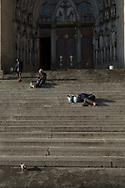 SÃO PAULO - BRASIL, 29/11/2017. Moradores de rua dormem às 06h30 na Praça da Sé. Foto: CAIO GUATELLI