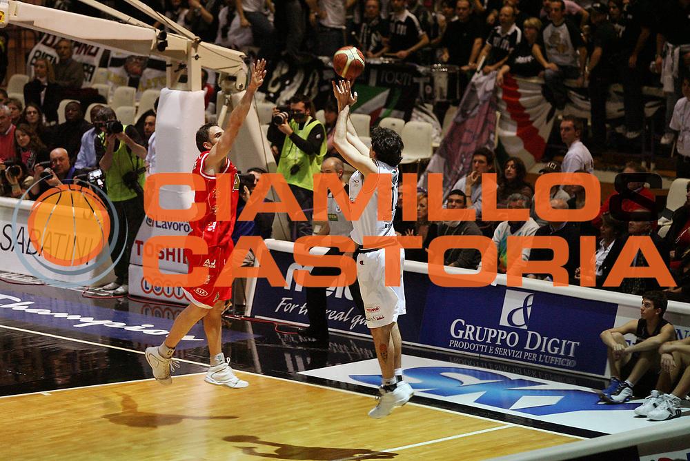 DESCRIZIONE : Bologna Coppa Italia 2006-07 Semifinale VidiVici Virtus Bologna Armani Jeans Milano<br /> GIOCATORE : Giovannoni<br /> SQUADRA : VidiVici Virtus Bologna<br /> EVENTO : Campionato Lega A1 2006-2007 Tim Cup Final Eight Coppa Italia Semifinale<br /> GARA : VidiVici Virtus Bologna Armani Jeans Milano<br /> DATA : 10/02/2007<br /> CATEGORIA : Tiro<br /> SPORT : Pallacanestro <br /> AUTORE : Agenzia Ciamillo-Castoria/G.Cottini<br /> Galleria : Lega Basket A1 2006-2007<br /> Fotonotizia : Bologna Coppa Italia 2006-2007 Semifinale VidiVici Virtus Bologna Armani Jeans Milano<br /> Predefinita :