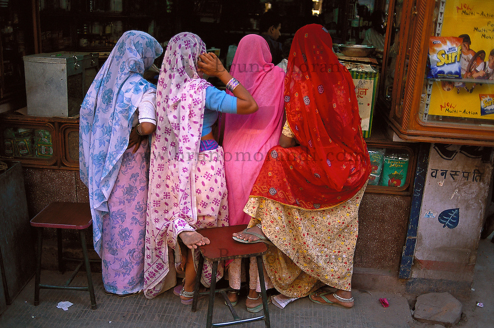 Inde. Rajasthan. Femmes dans le bazar de Jodhpur.  // India. Rajasthan. Jodhpur. Womans at the bazar.