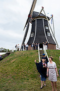 Hare Koninklijke Hoogheid Prinses Beatrix  bij de viering van tweehonderd jaar molen Hermien in Harreveld. Deze beltkorenmolen is een Rijksmonument.<br /> <br /> Her Royal Highness Princess Beatrix at the celebration of two hundred years of the windmill Hermien in Harreveld. This belt flour mill is a national monument.