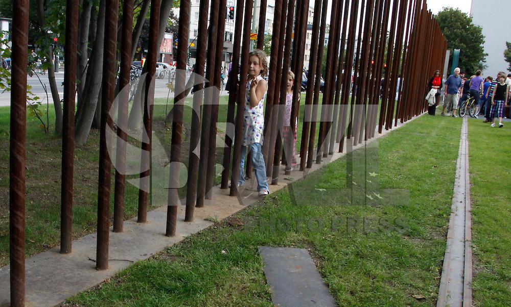 BERLIN, ALEMANHA, 13 DE AGOSTO DE 2011 - MURO DE BERLIN - Comemoracoes na Rua Bernauer dos 50 anos do inicio das construcoes do Muro de Berlin, que veio a ser derrubado em 1989, com a unificacao das Alemanhas Oriental e Ocidental. Na manha deste sabado em Berlin capital da Alemanha.  (FOTO: WILLIAM VOLCOV - NEWS FREE).