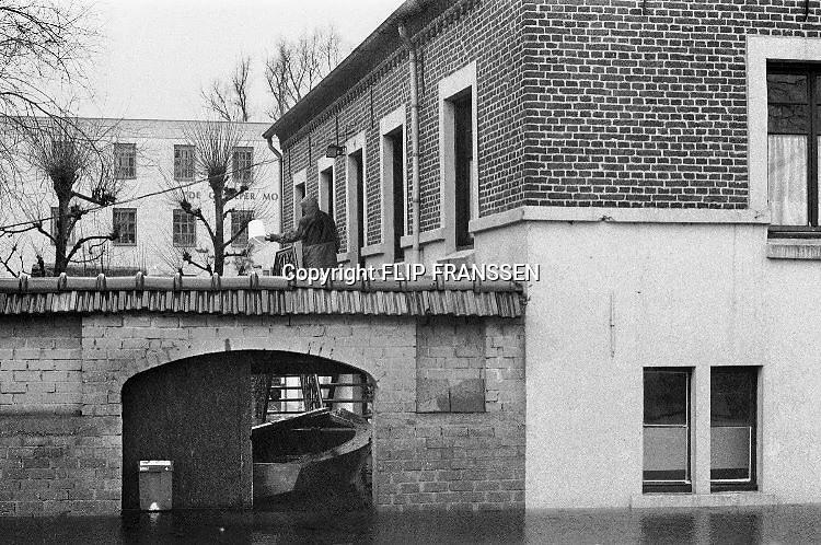 Nederland, Gennep, 01-02-1995Eind januari, begin februari 1995 steeg het water van de Rijn, Maas en Waal tot record hoogte van 16,64 m. bij Lobith. Een evacuatie van 250.000 mensen was noodzakelijk vanwege het gevaar voor dijkdoorbraak en overstroming. op verschillende zwakke punten werd geprobeerd de dijken te versterken met zandzakken. Hier in Gennep aam de Maas en Niers.Late January, early February 1995 increased the water of the Rhine, Maas and Waal to a record high of 16.64 meters at Lobith. An evacuation of 250,000 people was needed because of flood risk. At several points people tried to reinforce the dikes with sandbags. Foto: Flip Franssen/Hollandse Hoogte