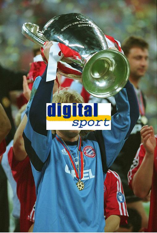 Oliver KAHN, Oliver mit dem Pokal<br />Bayern MŸnchen Sieger Champions League 2001
