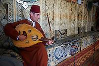 Maroc, Tanger, joueur de oud dans une maison de the dans la Medina  // Morocco, Tangier (Tanger), oud player, tea house, old city