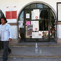 Aculco, Mex.- Simpatizantes y militantes del partido Convergencia, mantienen tomado desde el dia de ayer el edificio de la presidencia municipal de Aculco, donde se observan unidades de la policia y vehiculos dañados, esto en demanda de que sean respetados los resultados de las elecciones para Alcaldes del pasado 12 de Marzo y que despues de una impugacion por el PRI, los tribunales señalan, les arrebataron el triunfo. Agencia MVT / Mario Vazquez de la Torre. (DIGITAL)<br /> <br /> NO ARCHIVAR - NO ARCHIVE
