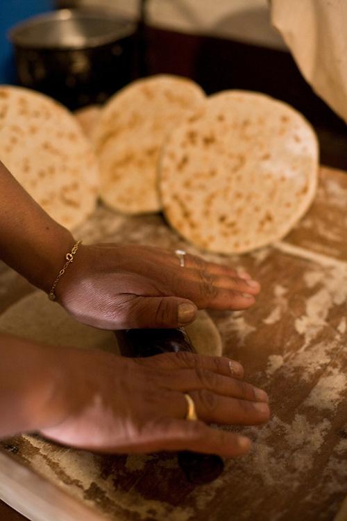 Caracas_VEN, Venezuela...Cozinheira preparando prato tipico da Venezuela na Capital Caracas...Cook preparing typical dish in Caracas, capital of Venezuela ...Foto: JOAO MARCOS ROSA / NITRO