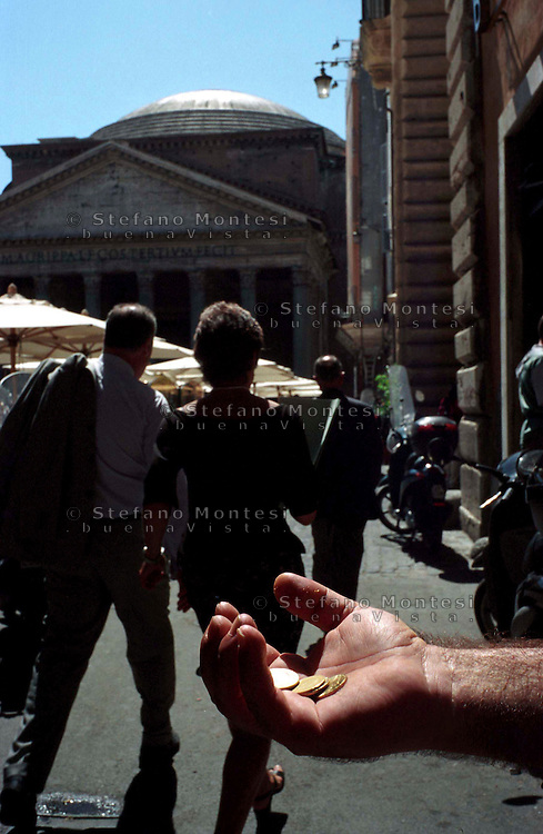 Roma  .Un uomo chiede L'elemosina vicino  al Pantheon. A man begging near the Pantheon ..