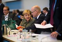 """DEU, Deutschland, Germany, Berlin, 06.11.2018: Der CDU/CSU-Fraktionsvorsitzende Ralph Brinkhaus und Bundeskanzlerin Dr. Angela Merkel vor Beginn der Fraktionssitzung der CDU/CSU. Merkel hält das Buch """"Die Vertrauensformel - so gewinnt unsere Demokratie ihre Wähler zurück"""" in den Händen, dass Brinkhaus zuvor in der Fraktion überreicht bekam."""