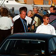 Aankomst Koninging Beatrix in haven Muiden met Groene Draeck, Prins Claus met vrienden en familie