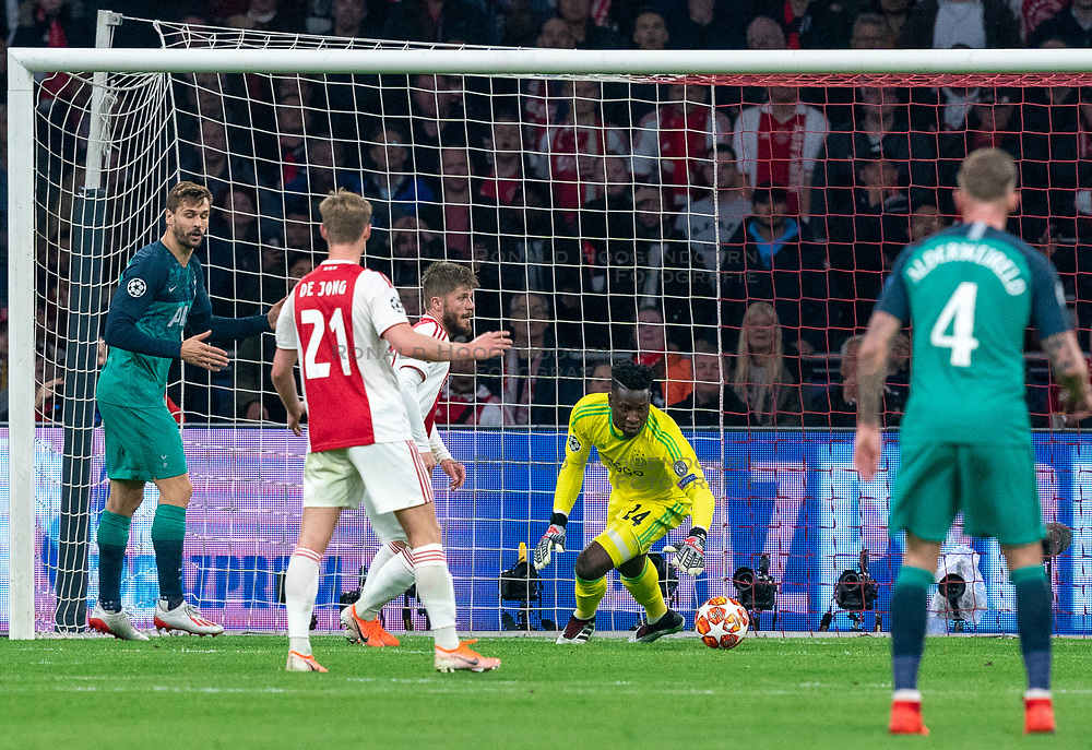 08-05-2019 NED: Semi Final Champions League AFC Ajax - Tottenham Hotspur, Amsterdam<br /> After a dramatic ending, Ajax has not been able to reach the final of the Champions League. In the final second Tottenham Hotspur scored 3-2 / Andre Onana #24 of Ajax saves, Fernando Llorente #18 of Tottenham Hotspur, Lasse Schone #20 of Ajax, Frenkie de Jong #21 of Ajax
