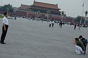 Ceux pour qui la croissance économique a souri ... séance photographique avec le Palais du Peuple en fond. A l'arrière plan, la Cité interdite.