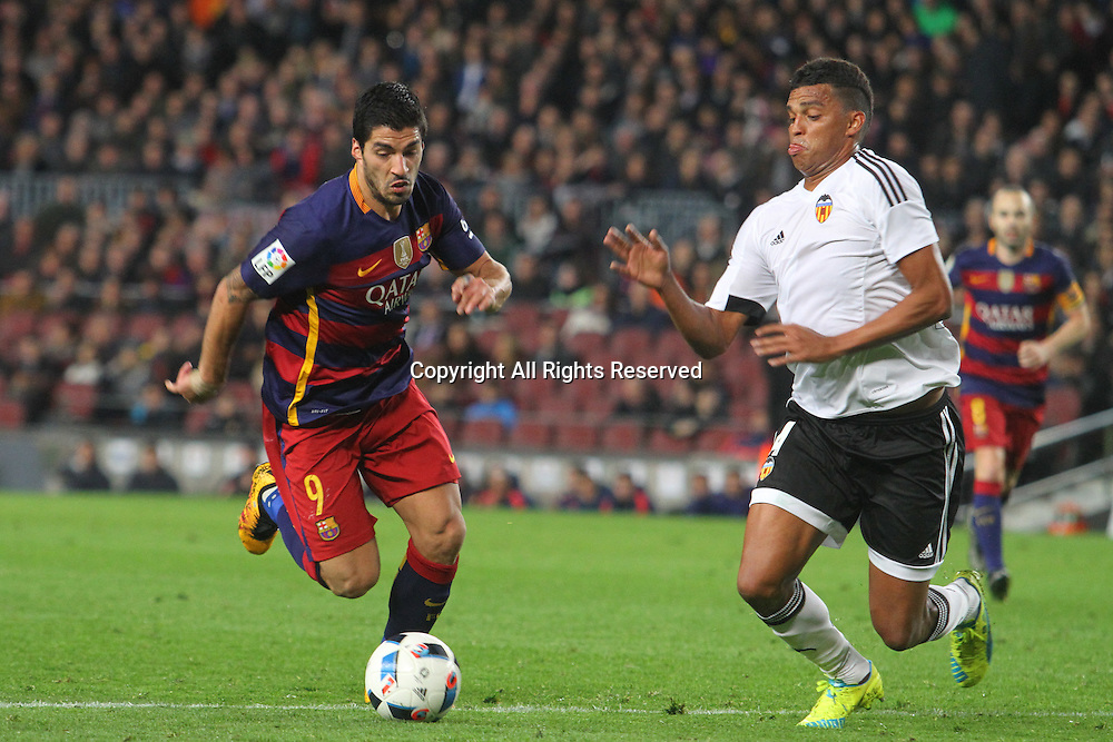 03.02.2016. Camp Nou, Barcelona, Spain. Copa del Rey match between FC Barcelona and Valencia. Luis Suarez breaks outside his man and takes a shot on goal