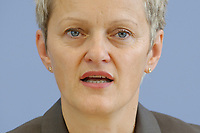 28 AUG 2003, BERLIN/GERMANY:<br /> Renate Kuenast, B90/Gruene, Bundesumweltministerin, waehrend einer Pressekonferenz, Bundespressekonferenz<br /> IMAGE: 20030828-02-003<br /> KEYWORDS: Renate Künast