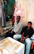 Libyan Arab Jamahiriya   .Tripoli       June 2002. The Medina   Souk Al Turk  Sale of gold.Libia Tripoli  Giugno 2002.La Medina  Souk Al Turk, vendita di oro.