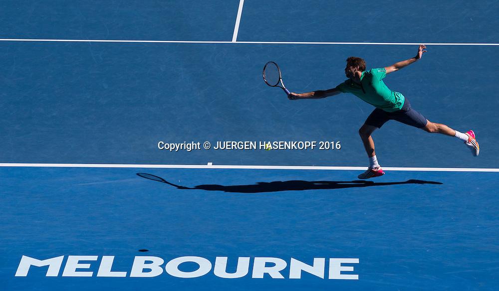 Gilles Simon (FRA) kommt nicht an den Aufschlagball, Ass, von oben, Melbourne Logo,Schatten,<br /> <br /> Tennis - Australian Open 2016 - Grand Slam ITF / ATP / WTA -  Melbourne Park - Melbourne - Victoria - Australia  - 24 January 2016.