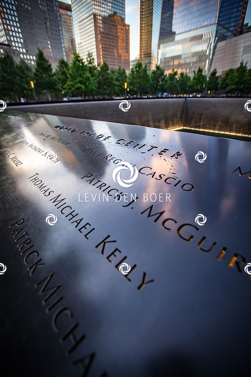 NEW YORK - Het National September 11 Memorial & Museum (Reflecting Absence) is een monument voor de slachtoffers van de terroristische aanslagen op 11 september 2001 in de Amerikaanse stad New York. Het is ontworpen door Michael Arad en werd gebouwd op de plaats waar voorheen de Twin Towers stonden, naast de in november 2013 geopende wolkenkrabber One World Trade Center. FOTO LEVIN & PAULA PHOTOGRAPHY VOF