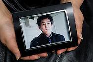 Fotografi av Kazunori Kogawa, 24 år, som hans mamma Mieko Kogawa håller i sina händer. Genom överdrivet övertidsarbete och trakasserier av Kazunori Kogawas 25-årige chef till självmord på restaurangen han jobbade. Tokyo, Japan