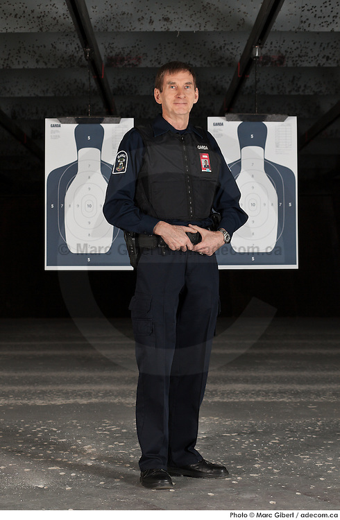 Portrait de l'instructeur de tir du Groupe Garda  /  Salle de tir / Montreal / Canada / 2012-03-12, © Photo Marc Gibert / adecom.ca