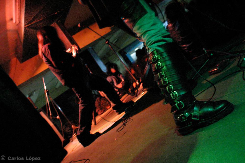 DETALLE DE LA BOTA DEL VOCALISTA DEL GRUPO DE DEATH METAL GORE
