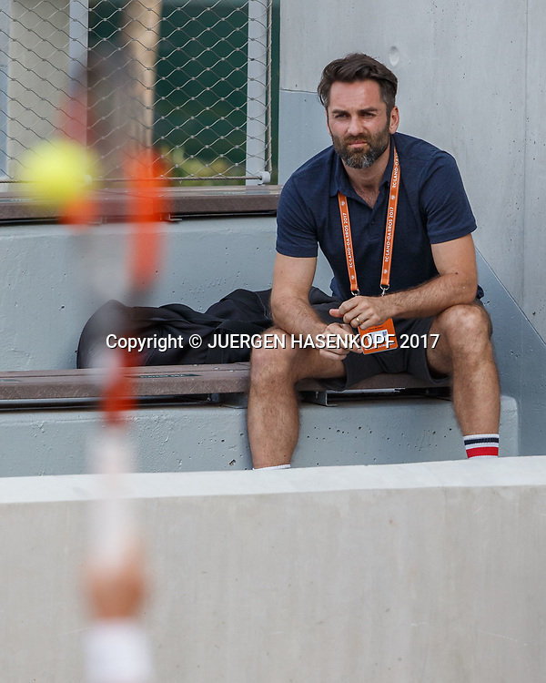 CARINA WITTHOEFT Trainer Jacek Szygowski sitzt auf der Tribuene und beabachtet das Spiel,<br /> <br /> Tennis - French Open 2017 - Grand Slam ATP / WTA -  Roland Garros - Paris -  - France  - 29 May 2017.