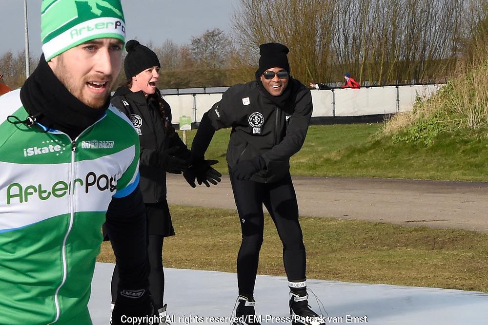 De Hollandse 100 op FlevOnice, een sportief evenement ter ondersteuning van onderzoek naar lymfeklierkanker. Een oer-Hollandse duatlon bestaande uit twee onderdelen: schaatsen en fietsen. <br /> <br /> The Dutch 100 on FlevOnice, a sporting event to support research into lymphoma. A traditional Dutch duathlon consisting of two components: skating and cycling.<br /> <br /> Op de foto:  Prinses Annette en Patrick Kluivert