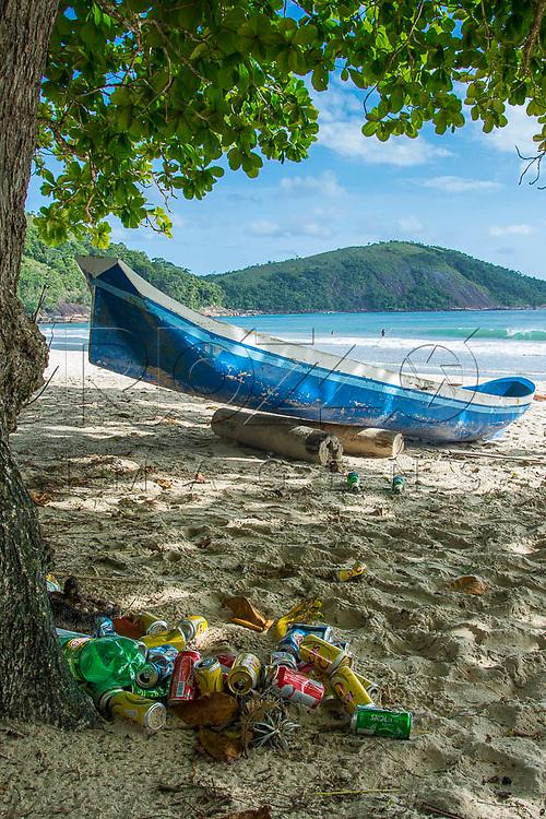 Lixo na Praia do Sono, Paraty - RJ, 01/2016.