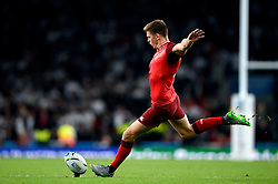 Owen Farrell of England kicks for the posts - Mandatory byline: Patrick Khachfe/JMP - 07966 386802 - 18/09/2015 - RUGBY UNION - Twickenham Stadium - London, England - England v Fiji - Rugby World Cup 2015 Pool A.