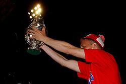 02-06-2003 NED: Huldiging bekerwinnaar FC Utrecht, Utrecht<br /> De spelers en de technische staf kregen een rondrit door de stad in een open Engelse dubbeldekker. Om 20.30 uur keert de stoet terug in Galgenwaard en zal in het stadion de officiële huldiging plaatsvinden / Robert Roest