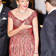 NLD/Amsterdam/20161129 - Staatsbezoek dag 2, contraprestatie Belgische koningspaar, Koningin Mathilde in gesprek met prins Constantijn