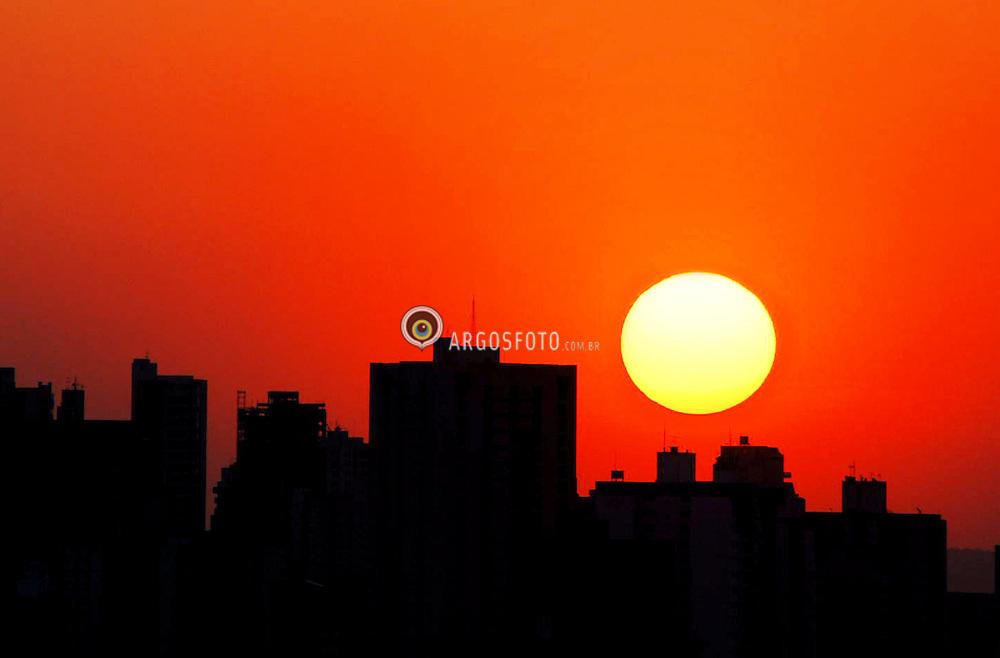 Por do sol na ciadade de Goiania. Goias, Brasil / Sunset at Goiania city. Goias state. Brazil