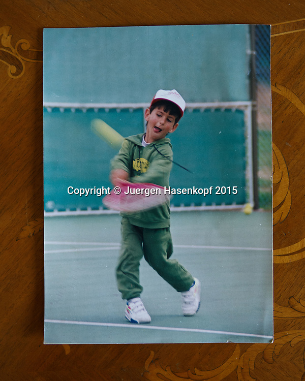 Tennis Trainer Legende Niki Pilic zeigt ein Foto von dem ganz jungen Novak Djokovic, Opatija, Kroatien