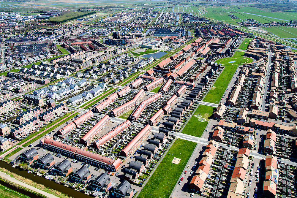 Nederland, Noord-Holland, Zaanstad, 20-04-2015; Noordpolder met de nieuwe woonwijk Saendelft, tussen Assendelft en Krommenie. De groenstrook heet Weideland.<br /> Newly developed residential area, Zaanstad. <br /> luchtfoto (toeslag op standard tarieven);<br /> aerial photo (additional fee required);<br /> copyright foto/photo Siebe Swart