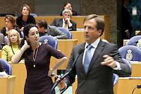 Nederland. Den Haag, 26 oktober 2010.<br /> De Tweede Kamer debatteert over de regeringsverklaring van het kabinet Rutte.<br /> Halsema en Pechtold achter de interruptiemicrofoon. GroenLinks, D66<br /> Kabinet Rutte, regeringsverklaring, tweede kamer, politiek, democratie. regeerakkoord, gedoogsteun, minderheidskabinet, eerste kabinet Rutte, Rutte1, Rutte I, debat, parlement<br /> Foto Martijn Beekman