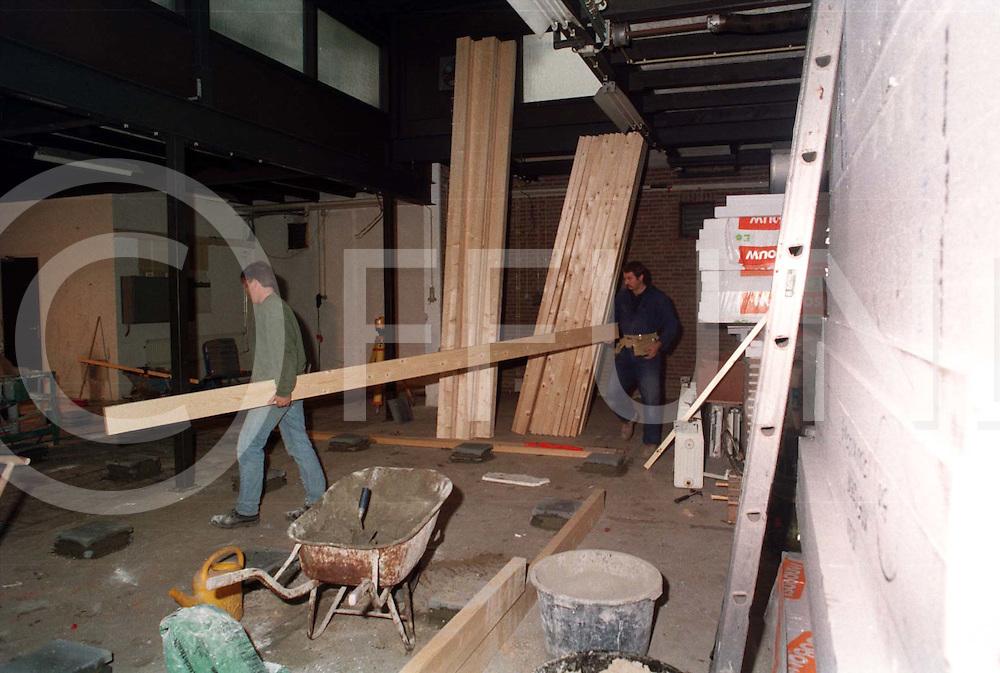 hardenberg : verbouwing voormalig politiegebouw op de foto werkzaamheden in de voormalige garage..foto frank uijlenbroek@1995
