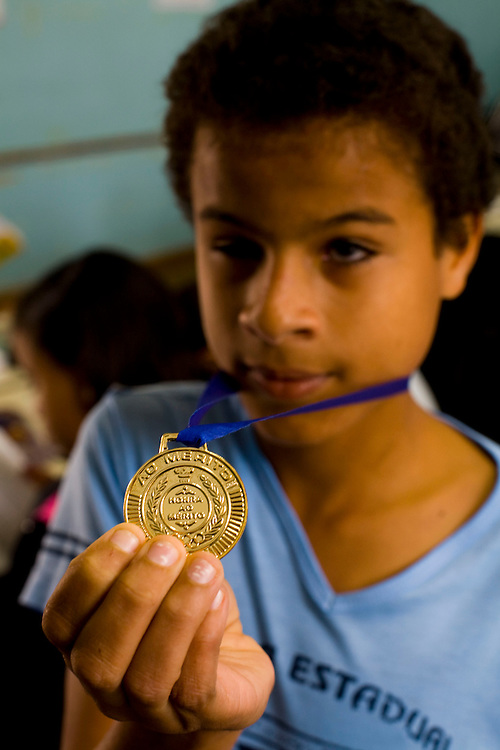 Para de Minas_MG, Brasil...Estudante com deficiencia visual, da Escola Estadual  Professor Pereira da Costa, com uma medalha de ouro. ..The student with visual disability of Escola Estadual Professor Pereira da Costa, with gold metal. ..Foto: LEO DRUMOND / NITRO