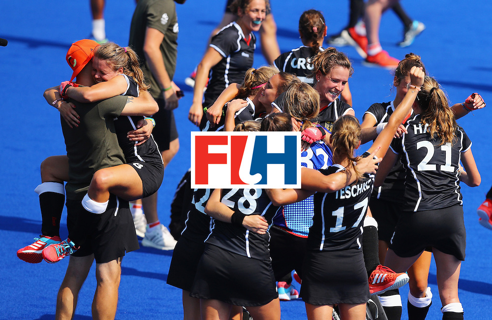 RIO DE JANEIRO, BRAZIL - AUGUST 19:  Germany celebrates defeating New Zealand 2-1 in the Women's Bronze Medal Match on Day 14 of the Rio 2016 Olympic Games at the Olympic Hockey Centre on August 19, 2016 in Rio de Janeiro, Brazil.  (Photo by Tom Pennington/Getty Images)