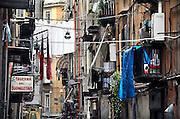 Italie, Napels, 7-3-2008..een van de karakteristieke nauwe straatjes in het centrum. De stad weet met zijn afval geen raad meer en in het hele gebied liggen illegale hopen afval. Een nieuwe vuilverbrandingsoven is pas in 2009 bedrijfsklaar. Tot die tijd heeft de maffia, camorra grote invloed op de afvalverwerking van deze stad...Industrieel afval en huishoudelijk afval veroorzaken grote water en bodemvervuiling, terwijl de streek een belangrijk tuinbouwgebied is...Foto: Flip Franssen