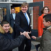 Nederland Rotterdam Koning Willem -Alexander legt verassingsbezoek af aan probleembuurt Bospolder Tussendijken. De koning bezoekt een school in de wijk, jeugd wil aandacht en een hand schudden.  Foto: David Rozing