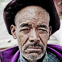 Rizong, Ladakh - Luglio 2009: uomo con cappello posa per un ritratto.<br /> <br /> Rizong, Ladakh - July 2009: man with hat poses for a portrait in front of camera.