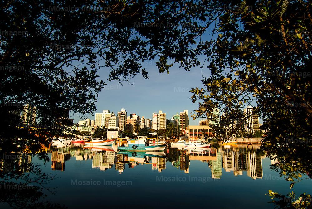 Brasil - Espirito Santo - Vitoria - Barcos com Praia do Canto ao fundo - Foto: Gabriel Lordello/ Mosaico Imagem
