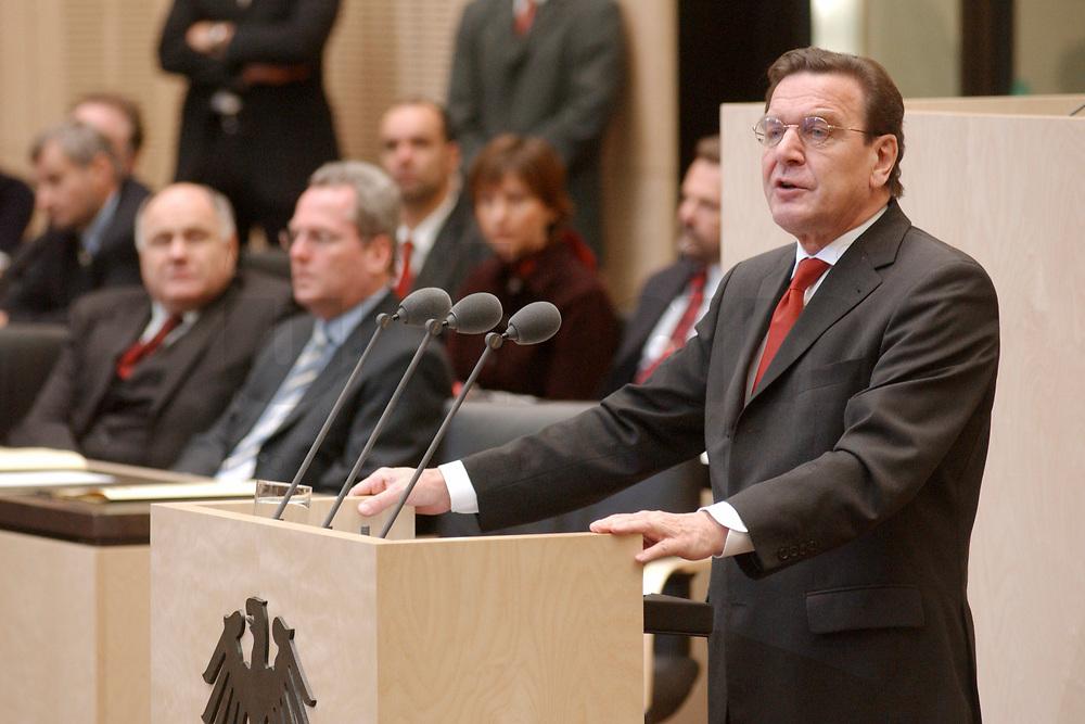 08 NOV 2002, BERLIN/GERMANY:<br /> Gerhard Schroeder (R), SPD, Bundeskanzler, haelt eine Rede, waehrend einer Sitzung des Bundesrates, links: Rezzo Schlauch (L), B90/Gruene, Parl. Staatssekretaer BM Wirtschaft, und Rolf Schwanitz (M), SPD, Staatsminister im Bundeskanzleramt, Bundesrat<br /> IMAGE: 20021108-01-022<br /> KEYWORDS: Gerhard Schr&ouml;der, speech