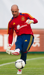 24.05.2012, Haus des Gastes, Schruns, AUT, UEFA EURO 2012, Trainingslager, Spanien, Nachmittagstraining, im Bild Pepe Reina (ESP) // Pepe Reina of Spain during practice session of Spanish National Footballteam for preparation UEFA EURO 2012 at Haus des Gastes, Schruns, Austria on 2012/05/24. EXPA Pictures © 2012, PhotoCredit: EXPA/ Johann Groder
