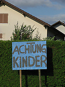 ACHTUNG KINDER! Attention enfants! © Romano P. Riedo
