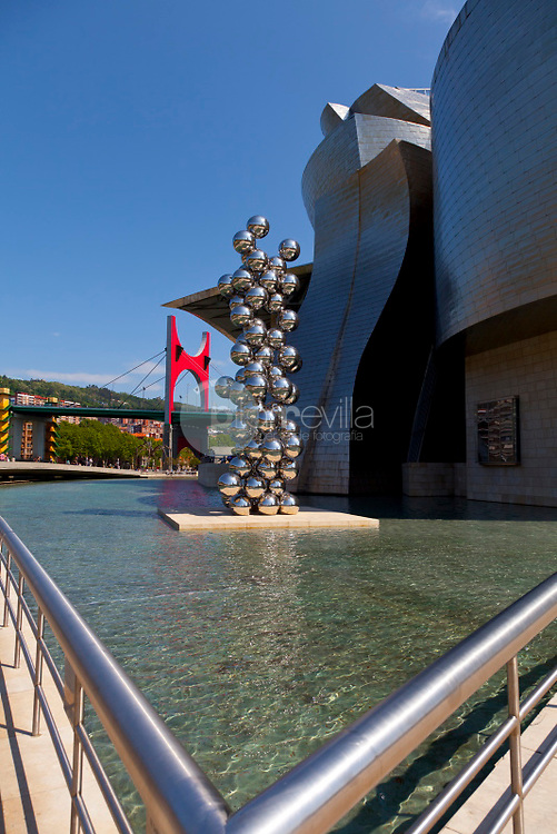 Museo Guggenheim. Bilbo. Bilbao.  The big tree and the eye of Anish Kapoor at the Guggenheim Museum, Bilbao. The Guggenheim Museum of Contemporary Art of Bilbao Bilbo, located on the North Coast of Spain in the Basque region. Nicknamed The Hole, this is a contemporary museum built of titanium, limestone and glass and was designed by Canadian citizen, Frank O. Gehry in 1997 Pais Vasco. Euskadi ©Carlos Sánchez Pereyra / PILAR REVILLA