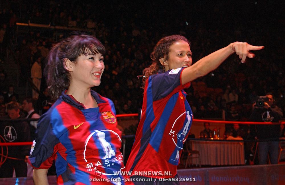 Panna wedstrijd Arena, Katja en Birgit Schuurman in voetbalkleding