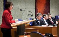 Nederland. Den Haag, 13 januari 2010.<br /> Debat Tweede kamer inzake rapport commissie Davids. PvdA fractievoorzitter Mariette Hamer aanhet woord, in vak K luisteren Bos, Balkenende en Rouvoet<br /> Het kabinet erkent dat met de kennis van nu een beter volkenrechtelijk mandaat nodig was geweest voor de inval in Irak. Dat schrijft premier Balkenende in een brief aan de Tweede Kamer. Daarmee werd gisteren een kabinetscrisis afgewend.<br /> Gisteren nam Balkenende nog afstand van de passage over het mandaat in het rapport van de commissie-Davids.<br /> Foto Martijn Beekman